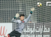 CHANGSHU, CHINA - JANUARY 20: Goalkeeper Bui Tien Dung of Vietnam reaches for the ball after an attempt at goal by Iraq during the AFC U23 Championship China 2018 Quarter-finals match between Iraq and Vietnam at Changshu Stadium on 20 January 2018, in Changshu, China. (Photo by Power Sport Images/Getty Images)