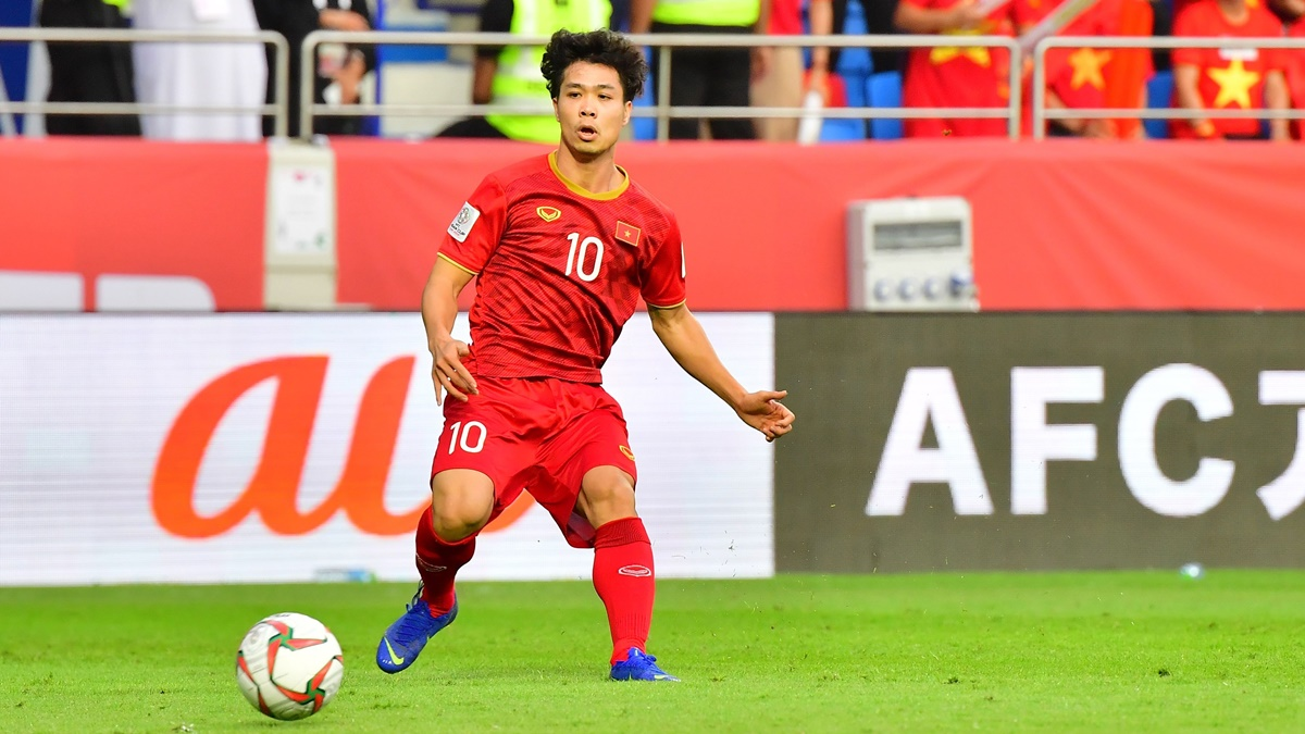 Vietnam's forward Cong Phuong Nguyen passes the ball during the 2019 AFC Asian Cup quarter-final football match between Vietnam and Japan at the Al-Maktoum Stadium in Dubai on January 24, 2019. (Photo by Giuseppe CACACE / AFP) (Photo credit should read GIUSEPPE CACACE/AFP/Getty Images)
